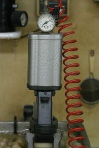 フラスコ内のワックスを熱湯で溶かし、その中に圧力をかけて樹脂を流し込みます。